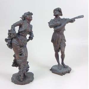 Lote com 2 esculturas representando músico e dançarino - Ass. Ilegível, selo de fundição - maior 36 cm alt, menor 32 cm alt.