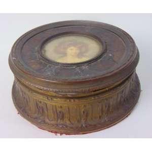 Caixa de bronze circular com centro em miniatura na figura de dama (no estado) - 4 cm alt, 10 cm diâm.