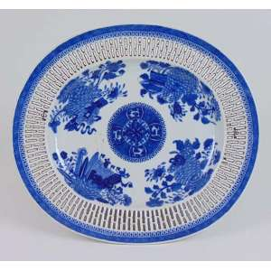 Travessa de porcelana esmaltada , borda fenestrada decoração Blue And White - 24 x 28 cm.China Sec XVIII.