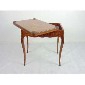 Mesa marchetada reversível á mesa de jogo - 73 cm alt, aberto 72 x 96 cm. fechada 72 x 48 cm.