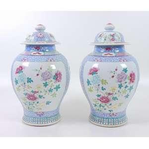 Par de importantes Potiches de porcelana esmaltada da Companhia da Índias - decoração família Rosa - China Séc. XVIII - 41 cm alt, 23 cm diâm. (com furos na tampa e no fundo)