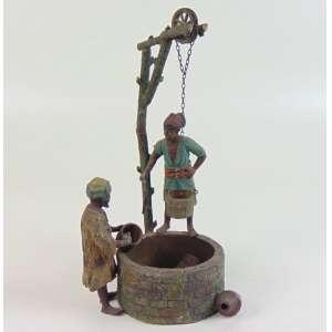 Escultura de petit bronze policromado na forma de figuras orientalistas ao redor de um poço -Austria Séc XIX 30 cm alt. ( NO ESTADO)