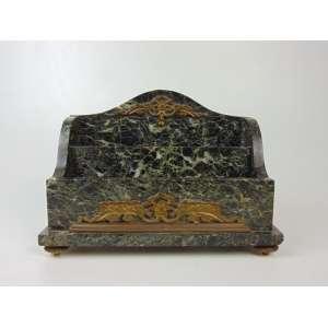 Porta correspondência em mármore verde alpi. 20 cm de alt, 27 de comp e 14 de prof. (Tem um canto na base com restauro)