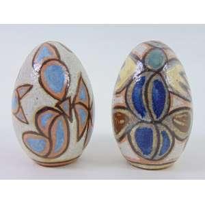 BRENAND FRANCISCO Par de esculturas de cerâmica esmaltada e decoradas estas no formato de Ovos , assinadas ao fundo. Brasil Sec XX. - 17 cm alt, 10 cm diâm.