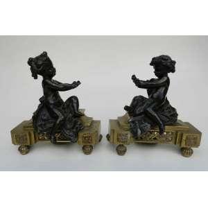 Par de chenets de bronze dourado com figuras de crianças. altura 20cm, largura 19cm e 10cm de comprimento.