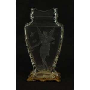 Elegante Floreiro de cristal finamente trabalhado reserva central com detalhe representando fada , guarnição em bronze ormolu , estilo e época Art Noveaux , no fundo selo a papel da cristaleria BACCARAT . França Sec XIXXX 26 x 13 x 6 cm.