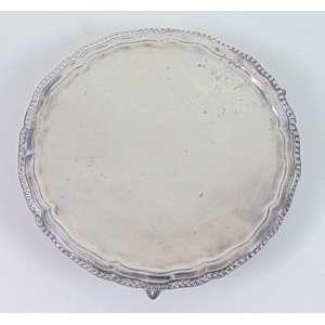 Salva de prata de lei repuxada com delicado trabalho de perolado , estilo e época D.Maria I . Brasil Séc. XIX. - 15 cm diâm.