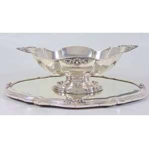 Centro de mesa e seu respectivo presentoir executado em prata de lei teor 800. - 15 cm alt, 40 x 20 cm. Presentoir 49 x 33 cm.