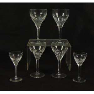 Jogo de copos composto por 30 peças em cristal lapidado , dividido em 3 tamanhos. Europa Sec XX. - altura 10cm