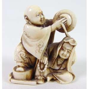 NETSUKE-Rara peça executada em marfim representando grupo com musico , assinatura no fundo . Japão Sec XIX.