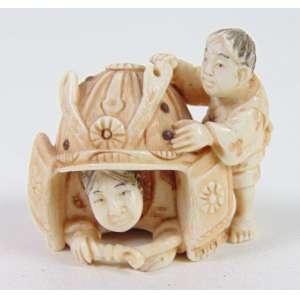 NETSUKE- Rara escultura de fino trabalho em marfim representando grande capacete de samrai e crianças , assinatura ao fundo , 4 cm . Japão Sec XIX