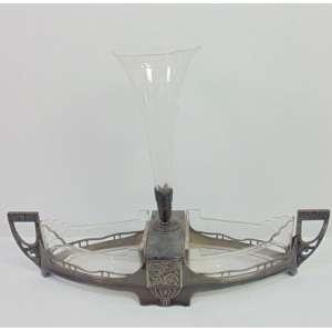 Centro de mesa de fino metal espessurado a prata estilo e época Art Noveaux com vidros lapidados , manufatura WMF. Alemanha Sec XIXXX 16 cm alt, 50 cm compr, 14 prof.