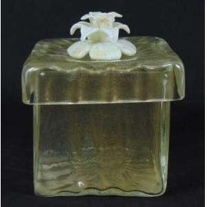 Belíssima caixa em murano Italiano c/pó de ouro. Com selo original da loja de Murano Italy. 19 cm alt, 16 x 16 cm.