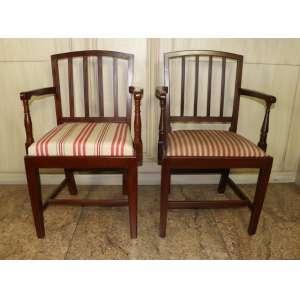 Par de cadeiras de braço em madeira de lei e assento estofado, estilo inglês.