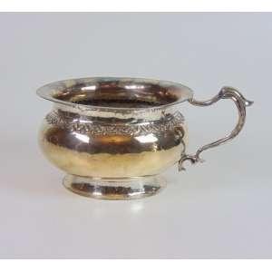 Urinol em sólida prata de lei trabalhada e repuxada, 13cm x 21cm, Brasil, século XVIII.