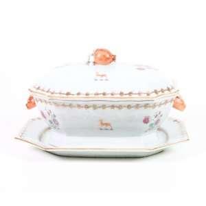Importante sopeira da Cia das Índias em porcelana esmaltada, decoração para o mercado inglês, 35cm x 24cm, com seu presentoir original, 37cm x 27cm, período Qialong, China, século XVIII.