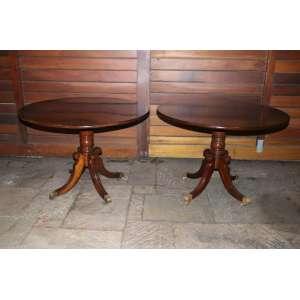 Par de mesas laterais de madeira de lei, detalhes me bronze e rodízios, 73cm x 1,40m.