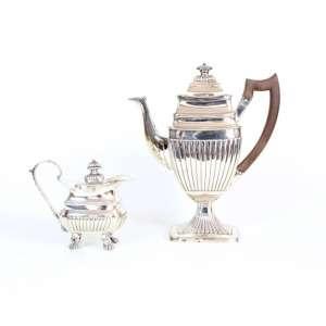 Conjunto de bule de café e leiteira de prata de lei, estilo e época D. Maria I, contraste P Coroa, marca do prateiro, 31cm x 16cm, Portugal, século XIX.