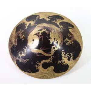 Capacete em elegante madeira laqueada, decorado com dragões, 40cm de diâmetro, período Edo, Japão, século XIX.