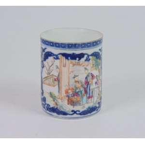 Caneca de porcelana esmaltada, reserva central com cena do quotidiano chinês, Cia das Índias, 12cm de altura, China, século XVIII/XIX.