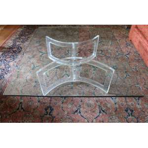 Mesa de centro com pé de acrílico e tampo em cristal, 40cm x 1,40m x 1,20m.