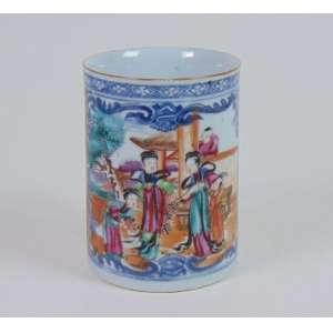Grande caneca de porcelana esmaltada da Cia das Índias, reserva central com cena do quotidiano chinês, período Qialong, 14cm de altura, China, século XVIII.