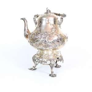 Grande samovar de prata de lei, ricamente trabalhada com motivos campestres, contraste da cidade de Londres, período vitoriano, contraste RH, alça necessitando pequeno restauro, Inglaterra, século XIX, 44cm x 24cm.