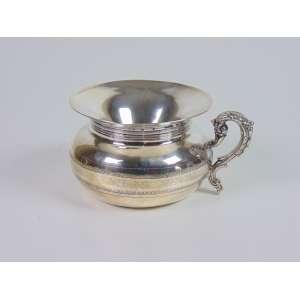 Escarradeira de prata de lei, finamente trabalhada, contraste P Coroa, marca do prateiro, 8cm x 15cm, Portugal, século XIX.