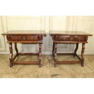 Par de mini mesas de pé de lira, executadas em jacarandá da Bahia, detalhe em almofadas, 60cm x 77cm x 45cm, Brasil, século XIX.