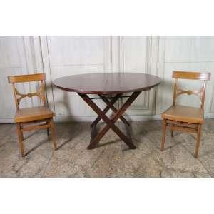 Conjunto de cadeiras e mesa dobráveis.
