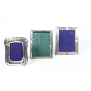 Conjunto de três porta retratos em metal espessurado a prata (no estado).