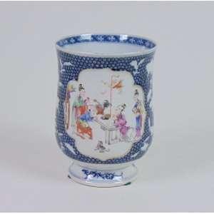 Grande caneca de porcelana esmaltada, reserva central com cena do quotidiano chinês, 14cm de altura, China, século XIX.