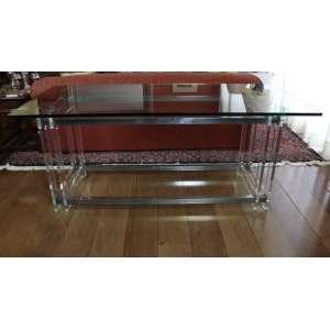 Aparador com pés de acrílico e aço inoxidável e tampo de cristal, 75cm x 1,80m x 80cm.