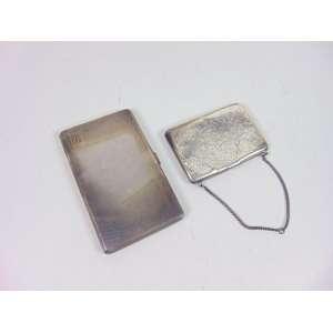 Lote composto por cigarreira de prata inglesa e porta cartões de prata francesa.