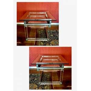 Par de mesas laterais em acrílico e aço inoxidável, 70cm x 70cm x 53cm.