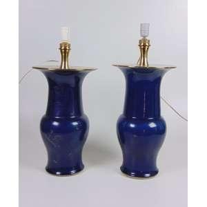 Par de vasos de porcelana esmaltada, padrão powder blue, adaptados para abajur, 37cm de altura (ambos restaurados), China, século XIX.