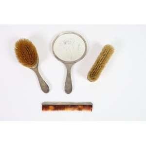 Conjunto de tocador de prata de lei, fino trabalho de Guilhoche, composto por duas escovas, um pente de tartaruga e um espelho, Inglaterra, século XX.