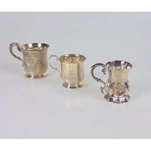 Conjunto de três mugs de prata inglesa e italiana, o maior medindo 9cm de altura, século XIX/XX.