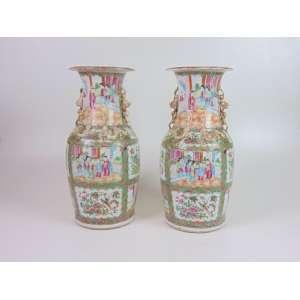 Par de vasos em porcelana esmaltada, decoração Família Verde, 45cm x 20cm, China, século XIX.