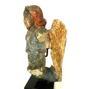 Fragmento de anjo de pedra - período barroco - policromado, sobre base de madeira - no estado - altura 38cm