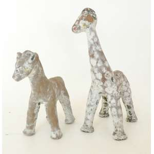 Arte popular - duas girafas de argila policromada medindo 16cm de comprimento por 20cm de altura e 13cm de comprimento por 15cm de altura