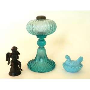 Lote com três peças antigas sendo uma base de lampião de vidro torcido azul(altura 22cm), uma caixa de vidro opalinado turquesa em formato de galinha e uma escultura de bronze de querubim (altura 12cm)(bicado no lampião)