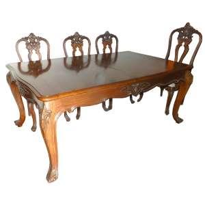Sala de jantar de madeira lustrada, tendo a mesa duas tábuas de extensão e dez cadeiras( altura 111cm) com estofamento bege sendo duas de braços(altura 127cm) - estilo frances - mesa com 190cm de comprimento, 116 de largura e 80cm de altura