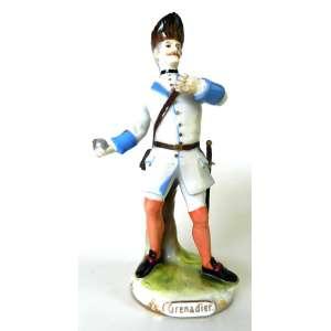 Figura de militar de porcelana policromada - Grenadier - Wiener Kaiserischen Porzellanfabrik - Áustria - altura 18cm