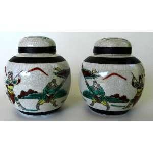 Par de potiches de cerâmica chinesa com desenhos de guerreiros - selo preto - altura 13cm e diâmetro 11cm