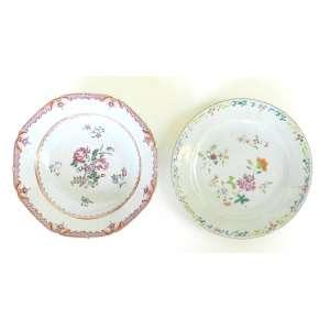 Lote com dois pratos de porcelana Cia das Índias, um raso e um fundo - ambos com cabelo - n. e. - diâmetro 23cm
