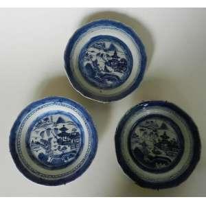 Lote com três pratos decorativos de porcelana grès - Macau - diâmetro 19cm - n.e.