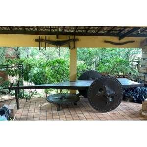 Antigo carro de boi, em excelente estado de conservação, completo , madeira encerada , provavelmente massaranduba - sec. XIX - medindo 558cm de comprimento por 180cm de largura e 132cm de altura