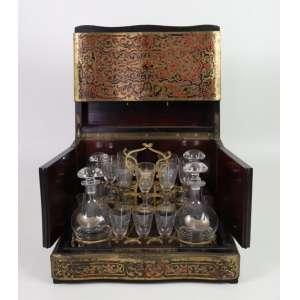 Belíssima licoreira de madeira ornamentada ao gosto Boule , inteior composto por par de licoreira e 10 cálices. França Sec XIX. - 27 cm alt, 34 x 26 cm.