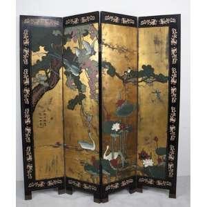 Biombo de 4 folhas executado em madeira lavrada em baixo relevo fundo dourado ornamentado por cena de paisagem com pássaros. China Sec XX,a - 1,83 cm alt, 164 compr.